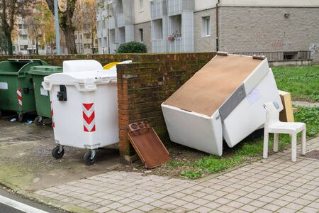 selective waste collection bins and waste deposited out of containers,urban pollution