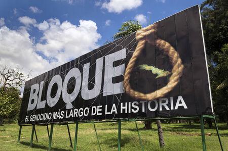 Billboard que representa el embargo contra Cuba como el mayor genocidio de la historia, La Habana, Cuba Foto de archivo - 31154444