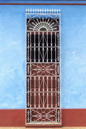 casa colonial: Puerta de una t�pica casa colonial en Trinidad, Cuba Foto de archivo