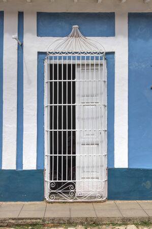 casa colonial: Entrada blanca de una casa colonial en Trinidad, Cuba Foto de archivo