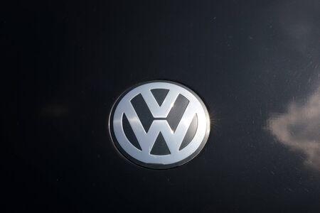 TURÍN, ITALIA - 9 junio, 2016: logotipo de Volkswagen en la carrocería de un coche negro Foto de archivo - 58567211