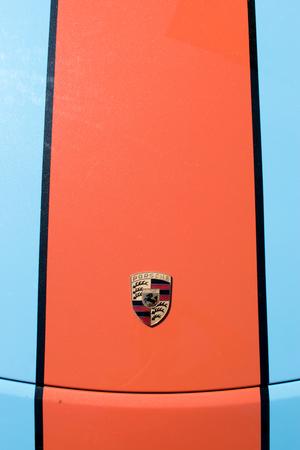 TURÍN, ITALIA - 9 junio, 2016: logotipo de Porsche en el capó de un modelo de coche de carreras Foto de archivo - 58567207