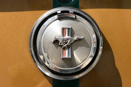 TURÍN, ITALIA - 9 junio, 2016: logotipo de Ford Mustang en la parte trasera de un modelo de coche Mach 1 Foto de archivo - 58569222