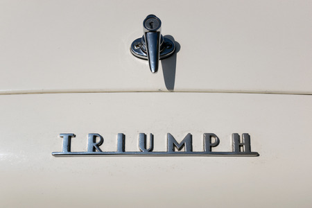 TURÍN, ITALIA - 9 junio, 2016: Detalle de un viejo modelo de coche Triumph Foto de archivo - 58569221