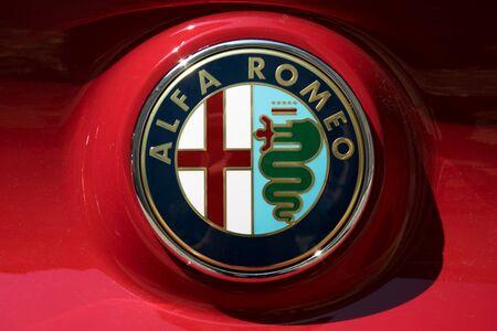 TURÍN, ITALIA - 9 junio, 2016: logotipo de Alfa Romeo en la carrocería de un coche rojo Foto de archivo - 58570517