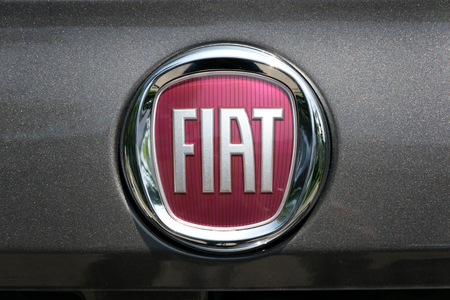 TURÍN, ITALIA - 9 junio, 2016: Nuevo logo de Fiat en un cuerpo gris oscuro Foto de archivo - 58567736