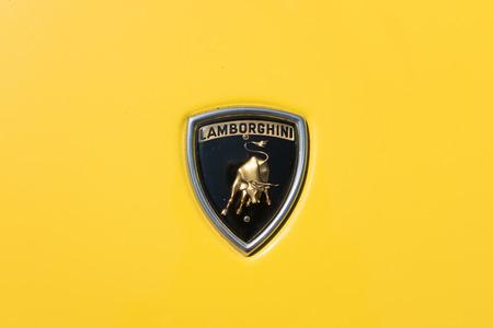 TURÍN, ITALIA - 9 junio, 2016: antiguo logotipo de Lamborghini en un modelo de coche amarillo Miura Foto de archivo - 58569906