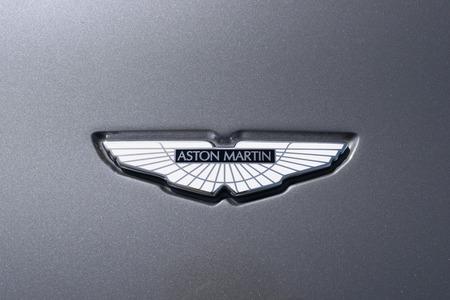 TURÍN, ITALIA - 9 junio, 2016: logotipo de Aston Martin en una carrocería de automóvil gris Foto de archivo - 58569905