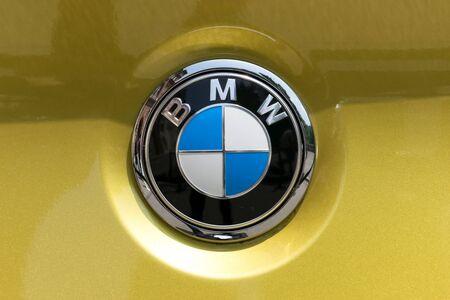 TURÍN, ITALIA - 9 junio, 2016: logotipo de BMW en la carrocería de un coche amarillo Foto de archivo - 58569901