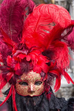 Máscara de mujer de color rojo en el Carnaval de Venecia, en Italia. Foto de archivo - 65541435