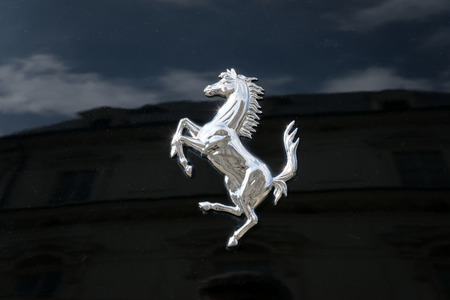 TURÍN, ITALIA - 9 junio, 2016: Ferrari encabritado caballo en una carrocería del coche negro Foto de archivo - 65675671
