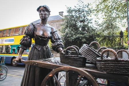 Dublin, Ireland - April 29, 2011 Statue of Molly Malone at the top of Grafton Street in Dublin, Ireland  The statue was unveiled by Ben Briscoe, Lord Mayor of Dublin and presented to the people of Dublin by Jurys Hotel Group in December 1988  Stock Photo - 25141929