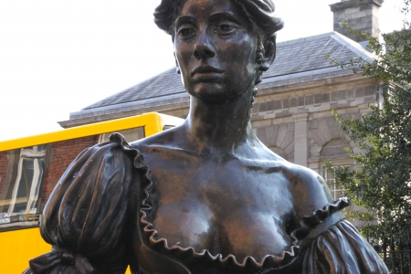 Dublin, Ireland - April 29, 2011 Statue of Molly Malone at the top of Grafton Street in Dublin, Ireland  The statue was unveiled by Ben Briscoe, Lord Mayor of Dublin and presented to the people of Dublin by Jurys Hotel Group in December 1988  Stock Photo - 25141930