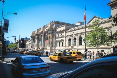 2012 年 8 月 12 日 - 米国ニューヨーク州マンハッタンに沿って中央公園の東の端に位置するマンハッタンのメトロポリタン美術館の入り口に人が歩い 報道画像