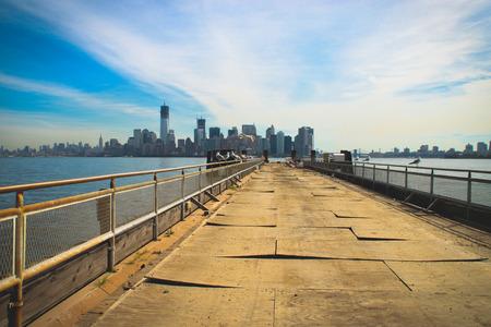 liberty island: Vista sul Manhattan dal molo di Liberty Island