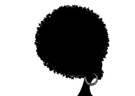 Cabello afro rizado, retrato afroamericano, rostro femenino de piel oscura con cabello rizado afro, aretes étnicos tradicionales y labios rojos, aislado sobre fondo blanco.