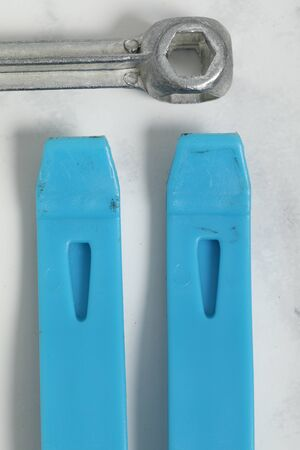 bicycle tire reapair tools on white marble background. Blue and chrome item. 版權商用圖片 - 147137295