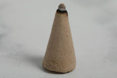relaxation incense cone on white marble background. Good smell stick 版權商用圖片 - 147137452