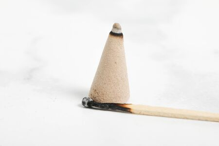 relaxation incense cone on white marble background. Good smell stick 版權商用圖片 - 147137476