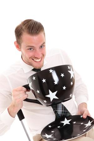 przewymiarowany: Biznesmen z wielkim kubkiem kawy. Ubrany w białą koszulę i krawat. Białe tło. Zdjęcie Seryjne