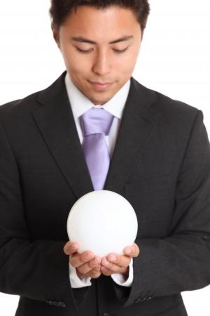 bola de cristal: Futuros parece brillante. Hombre de negocios con una glassball, mirando hacia el futuro. Fondo blanco.
