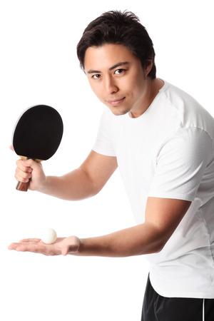 ping pong: Joven jugador de tenis de mesa que llevaba una camiseta blanca con pantalón negro