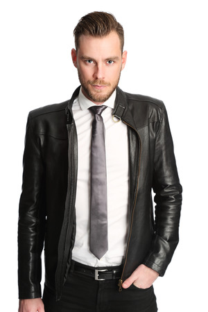 black tie: Atractivo hombre vestido con una camisa blanca, corbata negro y una chaqueta de cuero negro. Fondo blanco. Foto de archivo
