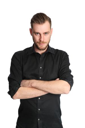 modelos hombres: Un atractivo hombre de pie en un estudio con fondo blanco, vestido con una camisa de color negro. Sentirse bien!