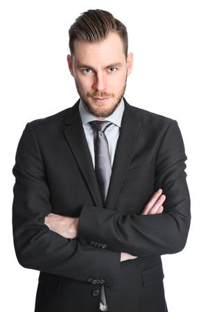 Aantrekkelijke zakenman in zijn jaren '20, gekleed in een zwart pak met een zwarte stropdas. Witte achtergrond.