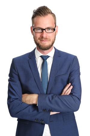 traje: Hombre de negocios atractivo de pie en un traje y corbata azul, con gafas. Fondo blanco.