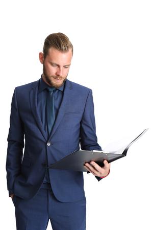 bonhomme blanc: Homme d'affaires attractif debout dans un costume bleu et une cravate tenant un presse-papiers. Arri�re plan blanc. Banque d'images