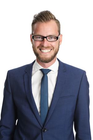 traje formal: Un apuesto hombre de negocios de unos 20 años de pie delante de un fondo blanco, vestido con un traje azul y corbata con gafas. Sentirse seguro y exitoso.