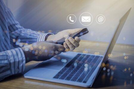 お問い合わせまたはカスタマーサポートのホットラインの人が接続します。(電子メール、電話、メール)アイコンを持つ携帯電話を使用してビジネスマン。