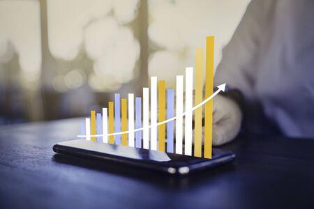 Analyse commerciale et concept financier, Plans pour augmenter la croissance de l'entreprise et une augmentation des indicateurs de croissance positive en 2020-2021 flottant au-dessus de l'écran numérique. Banque d'images