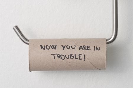 Leere WC Papierrolle hängen in eine Toilette Lizenzfreie Bilder