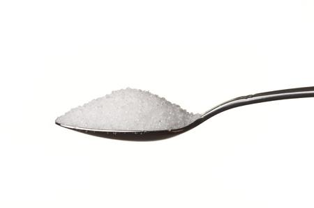 Zucker in einen Löffel isolated over white background