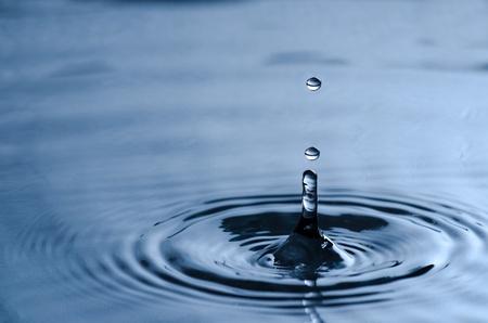 Wassertropfen Drücken der sauberen ruhigen Oberfläche des Wassers Lizenzfreie Bilder