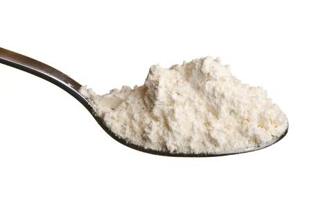 Weizenmehl oder andere weiße Pulver in einem Löffel über weißem Hintergrund