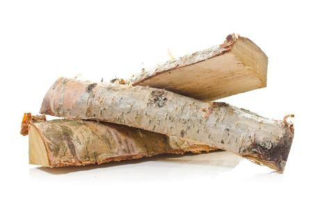 Grumes de bois de bouleau feu sur fond blanc