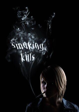 """illicit: giovani donne fuma e nel fumo appaiono le parole """"Il fumo uccide"""""""