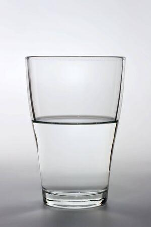 vaso vacio: disparo de producto de un semestre completo vaso de agua  Foto de archivo