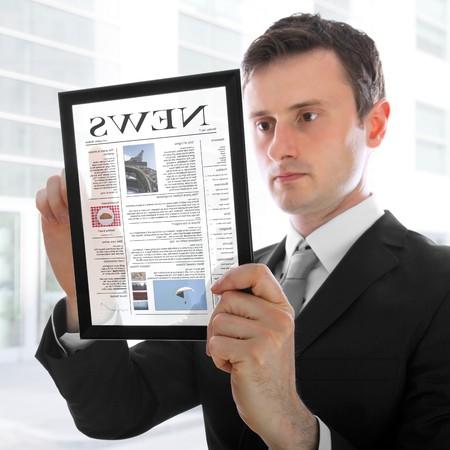 actuality: Imprenditore detiene un pc touchpad e la lettura di un giornale