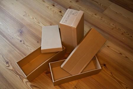 shoe boxes: tres cajas de zapatos vac�a en un piso de madera  Foto de archivo