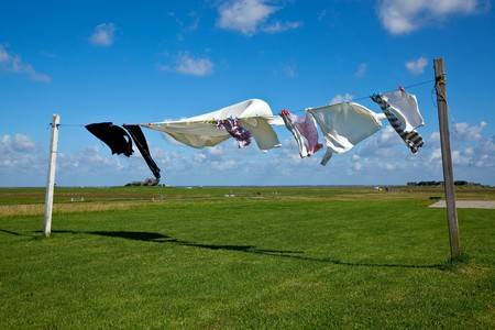 lavander�a: h�medas lavander�a secado en l�nea de ropa contra un cielo azul
