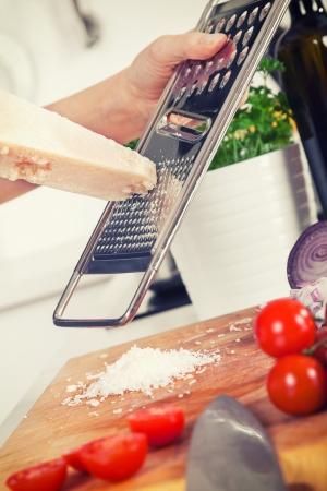queso rallado: retro estilizada imagen de ingredientes para la pasta y las manos rallado parmesano