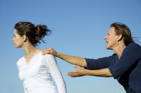 Discussione tra madre e figlia figlia sta cercando di fuggire mentre la madre tiene il suo cielo torna limpido e azzurro