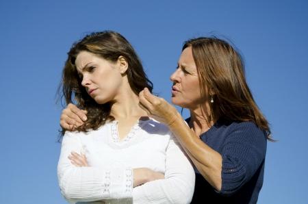 Discussione tra madre e figlia, mentre la madre sta parlando con lei ignorando e testarda figlia di ricerca, che volt� le spalle su di lei