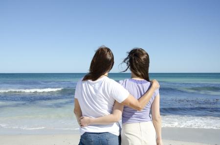 lesbianas: Dos amigas, una pareja de lesbianas en la playa