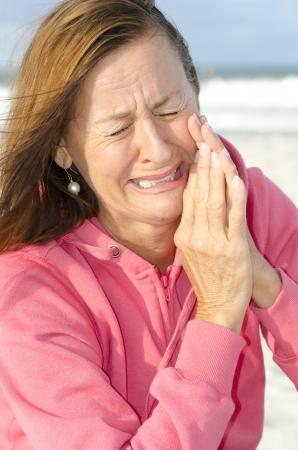 Ritratto di Lonely depressa, triste donna piange all'aperto.