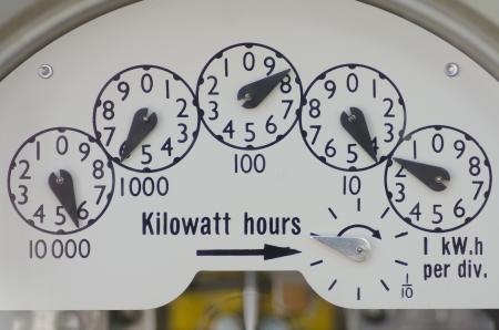 contador electrico: Vista cercana de la marca en un medidor de electricidad en el edificio residencial